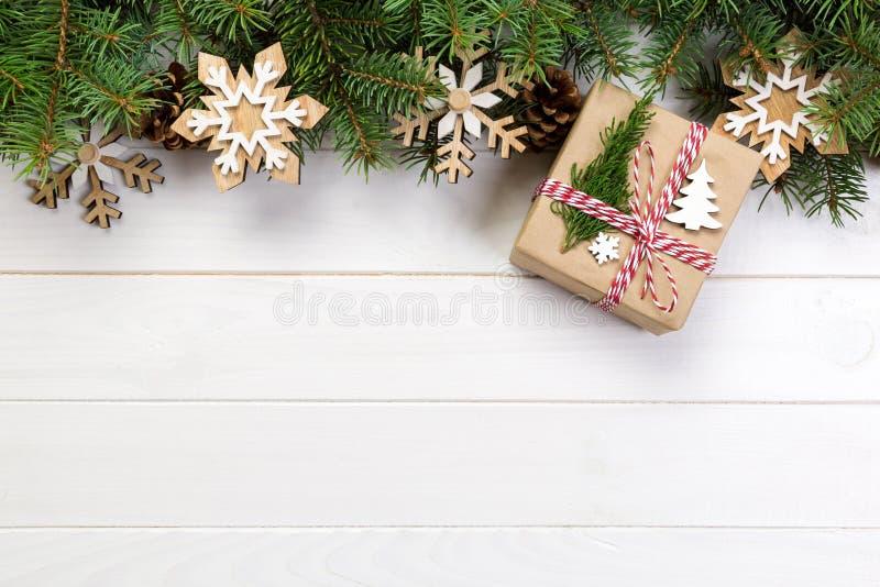 Fondo de la Navidad con el árbol de abeto y caja de regalo en la tabla de madera Visión superior con el espacio de la copia para  imágenes de archivo libres de regalías