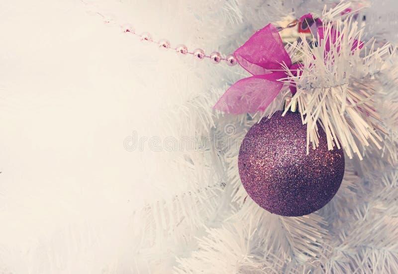 Fondo de la Navidad con el árbol de navidad blanco y la bola rosada Ramas del abeto y de las decoraciones Copie el espacio fotografía de archivo libre de regalías