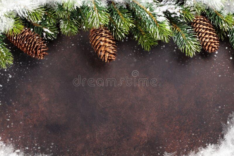 Fondo de la Navidad con el árbol de abeto de la nieve imagenes de archivo