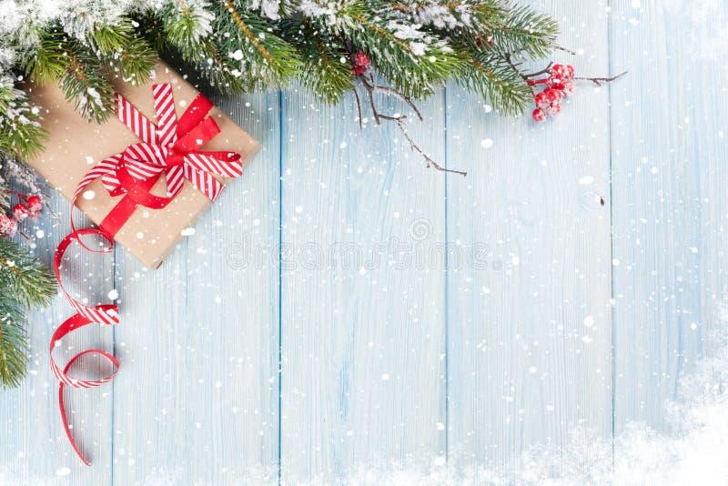 Fondo de la Navidad con el árbol de abeto y la caja de regalo imágenes de archivo libres de regalías