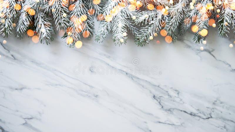 Fondo de la Navidad con el árbol de Navidad en el fondo de mármol blanco Tarjeta de felicitación de la Feliz Navidad, marco, band fotos de archivo libres de regalías