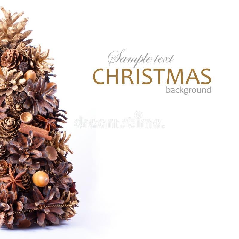 Fondo de la Navidad con el árbol hecho de conos foto de archivo