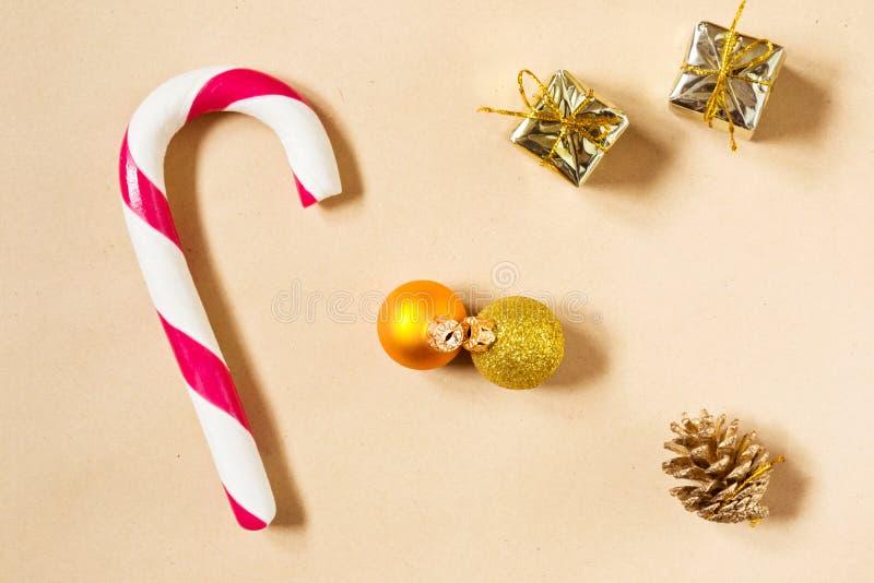 Fondo de la Navidad con el candycane y las decoraciones imágenes de archivo libres de regalías