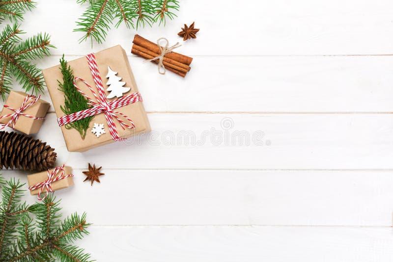Fondo de la Navidad con el espacio de la copia, visión superior concepto del día de fiesta para usted diseño en la tabla de mader fotos de archivo libres de regalías