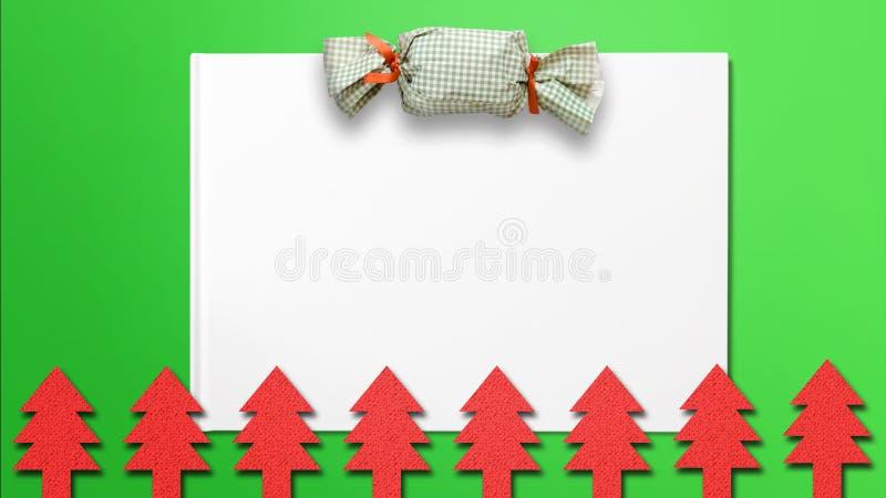 Fondo de la Navidad con el paquete del regalo y los recortes del árbol de navidad imagenes de archivo