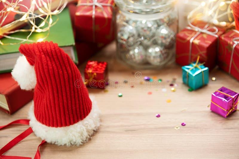 Fondo de la Navidad con el sombrero de Santa Claus, el regalo o las actuales cajas fotografía de archivo libre de regalías