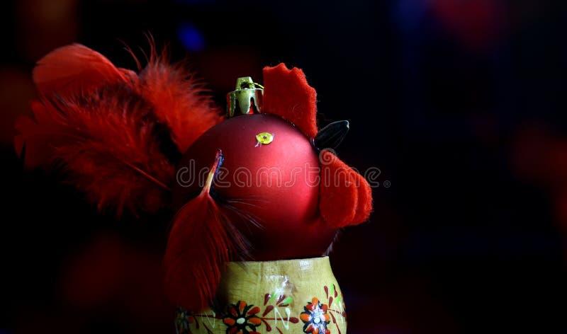 Fondo de la Navidad con hecho a mano rojo de las bolas adornado como gallo imagen de archivo libre de regalías