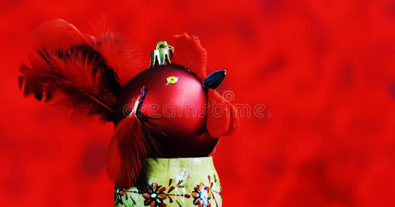 Fondo de la Navidad con hecho a mano rojo de las bolas adornado como gallo imagenes de archivo