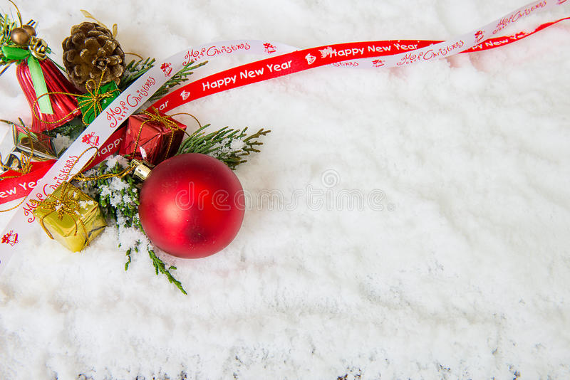 Fondo de la Navidad con la chuchería, la nieve y copos de nieve rojos foto de archivo libre de regalías