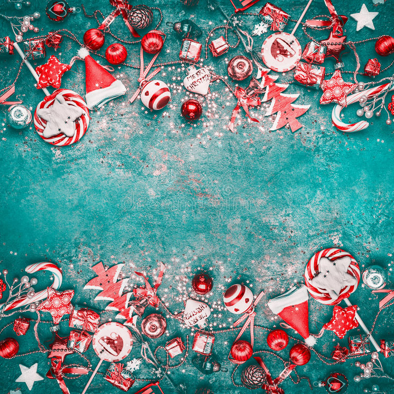 Fondo de la Navidad con la decoración festiva del diverso vintage rojo en el fondo de la turquesa, visión superior foto de archivo libre de regalías