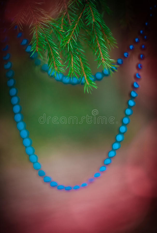 Fondo de la Navidad con la gota de la decoración en la rama del abeto foto de archivo