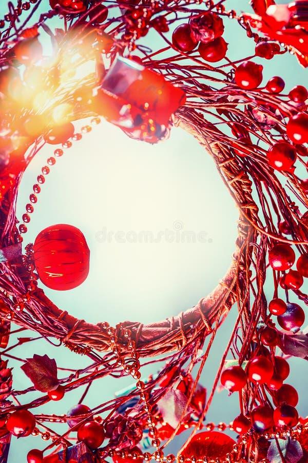 Fondo de la Navidad con la guirnalda roja fotografía de archivo libre de regalías