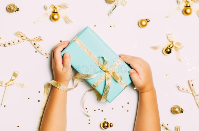Fondo de la Navidad con las bolas de oro y la actual caja de regalo y decoración aislada en el fondo blanco fotografía de archivo libre de regalías