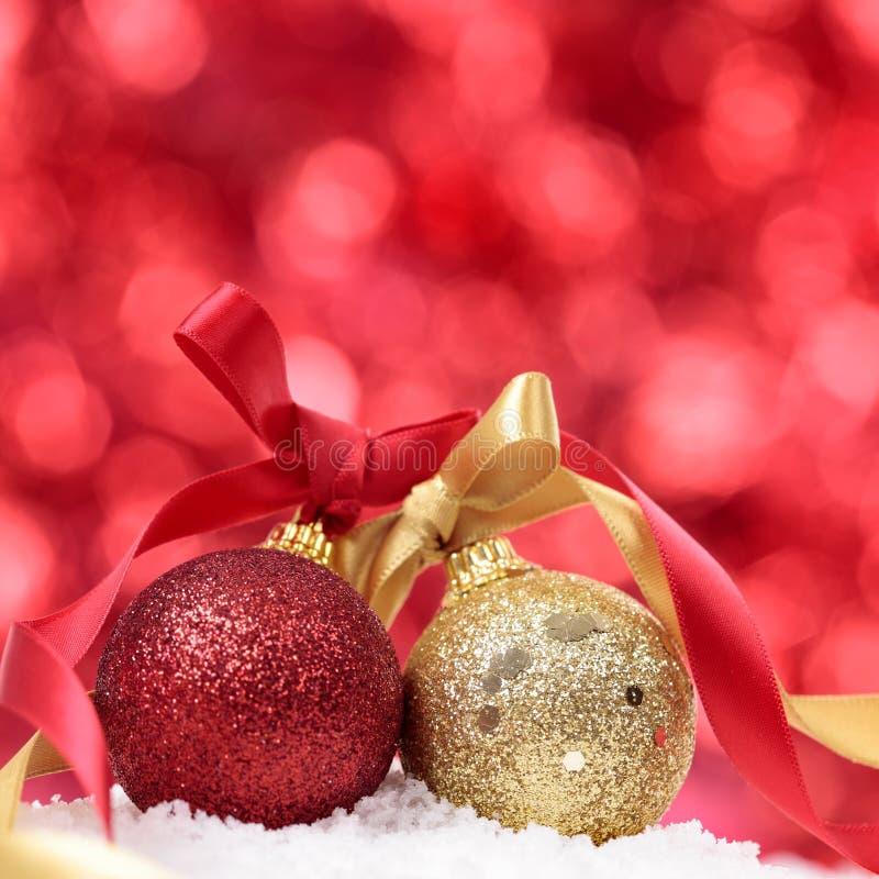 Fondo de la Navidad con las chucherías y cinta en el cuadrado de la nieve fotos de archivo libres de regalías