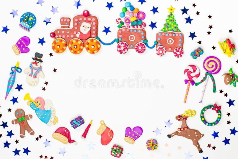 Fondo de la Navidad con las decoraciones Papá Noel, tren de la Navidad con el árbol y dulces, muñeco de nieve, reno y regalos ilustración del vector