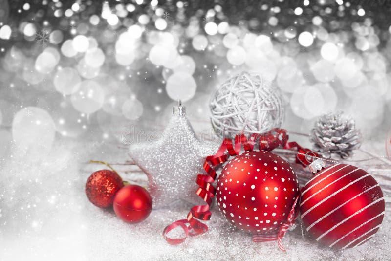 Fondo de la Navidad con las decoraciones rojas fotografía de archivo libre de regalías