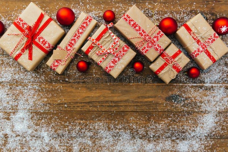 Fondo de la Navidad con las decoraciones y las cajas de regalo foto de archivo