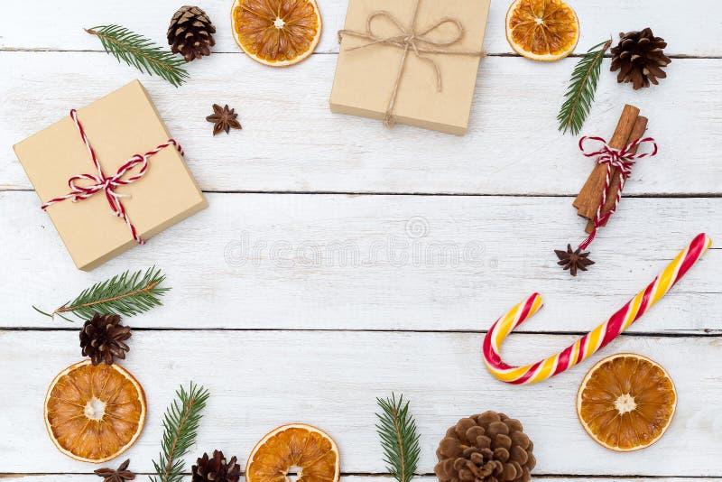 Fondo de la Navidad con las decoraciones y las cajas de regalo en b de madera fotos de archivo libres de regalías