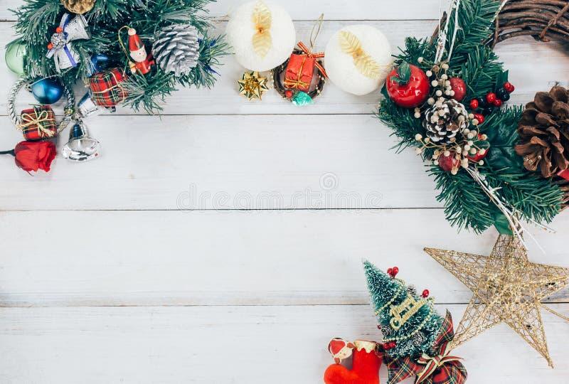 Fondo de la Navidad con las decoraciones y las cajas de regalo en de madera imagenes de archivo