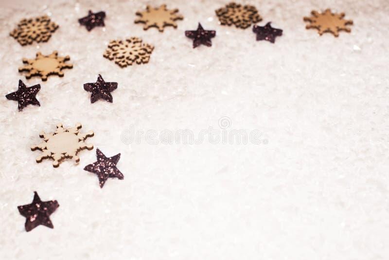 Fondo de la Navidad, con las estrellas de bronce del brillo, sowflake de la madera imágenes de archivo libres de regalías