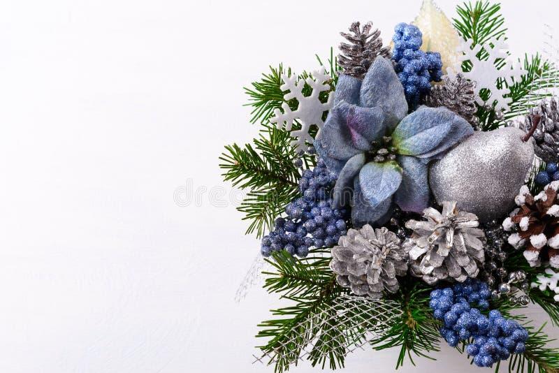 Fondo de la Navidad con las poinsetias de seda azules y el glitt de plata imágenes de archivo libres de regalías