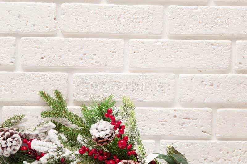 Fondo de la Navidad con las ramas de árbol de navidad en fondo de la pared de ladrillo imagen de archivo
