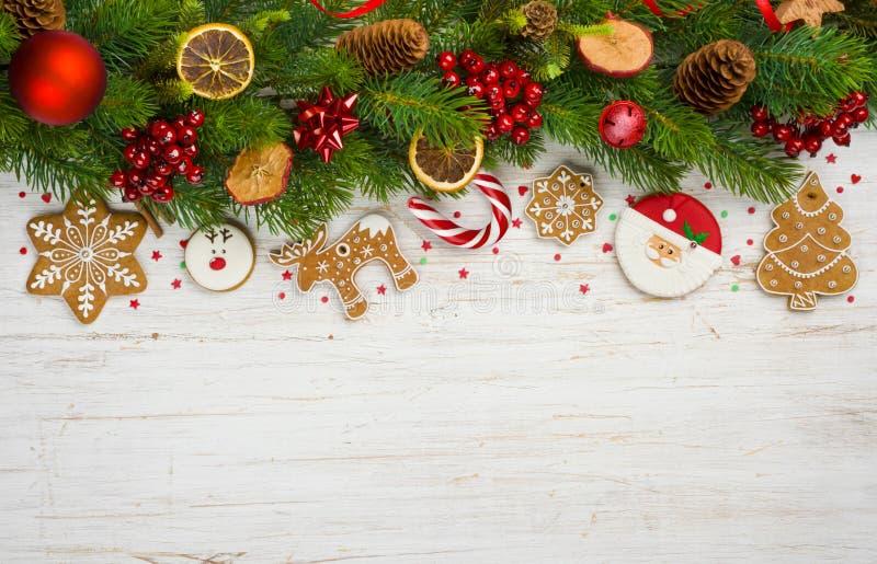 Fondo de la Navidad con las ramas de árbol, juguetes de la bola, estrellas, galletas del pan de jengibre fotos de archivo libres de regalías