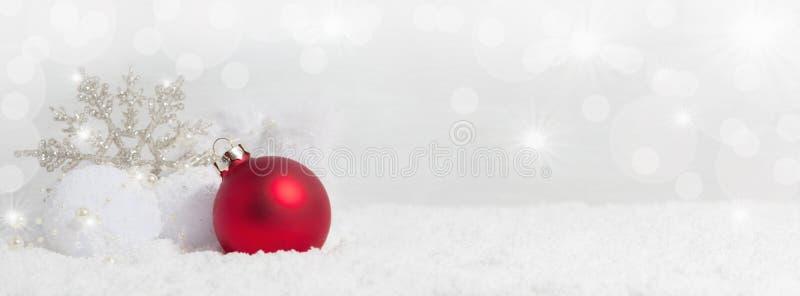 Fondo de la Navidad con los cristales de la nieve foto de archivo libre de regalías