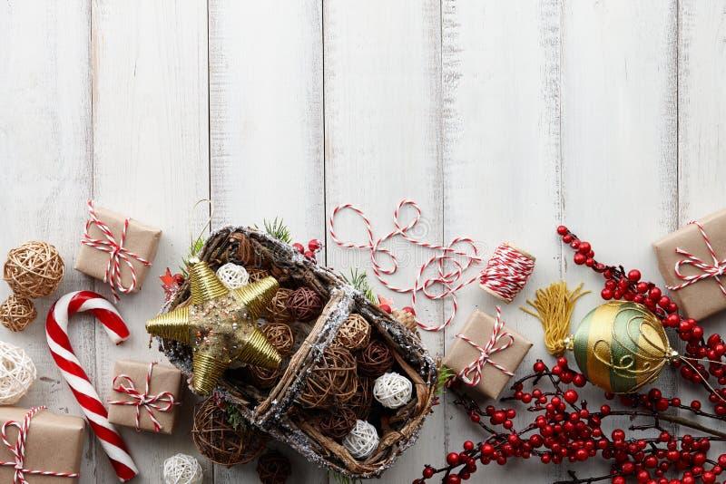 Fondo de la Navidad con los juguetes, las decoraciones y las cajas de regalo imagen de archivo libre de regalías