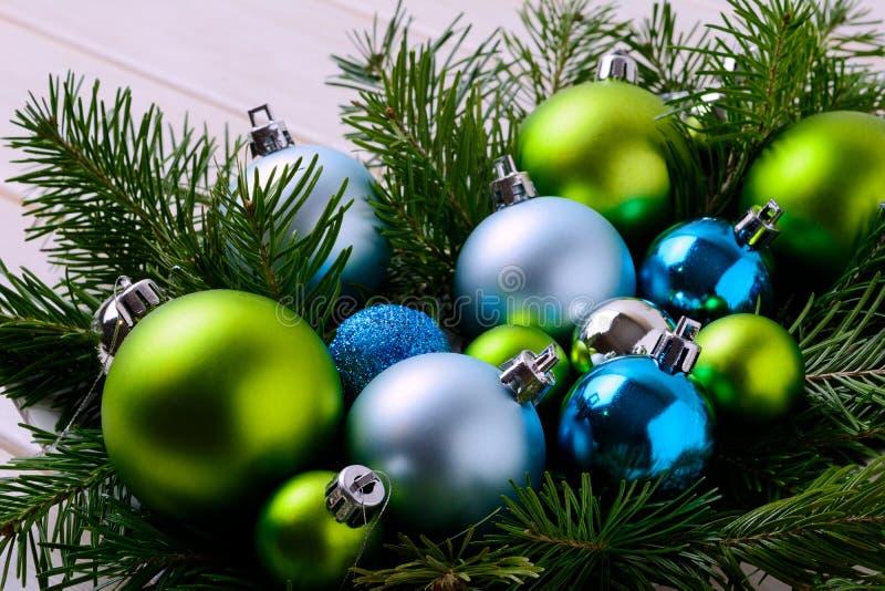 Fondo de la Navidad con los ornamentos azules y verdes imágenes de archivo libres de regalías