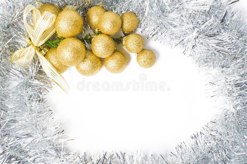 Fondo de la Navidad con los ornamentos del oro y de la plata para insertar el te imagen de archivo libre de regalías