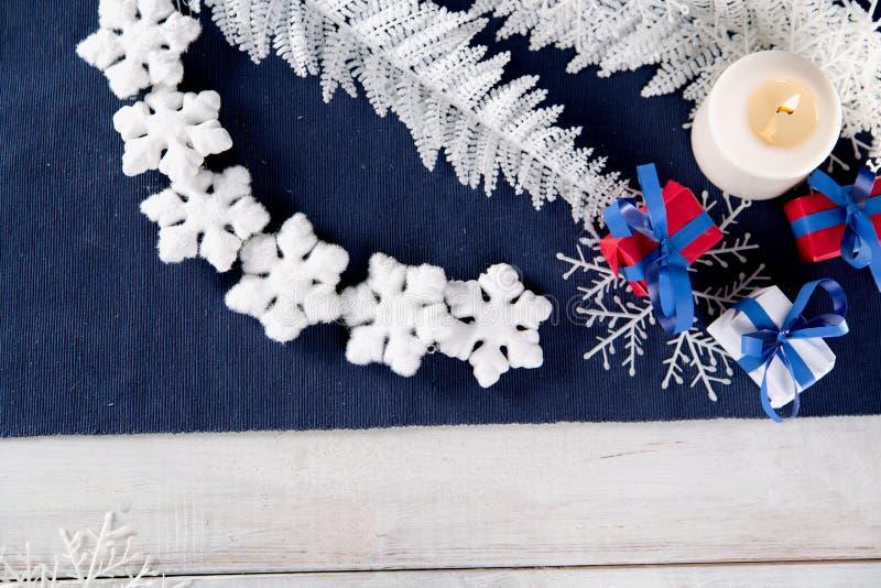 Fondo de la Navidad con la materia de la decoración foto de archivo
