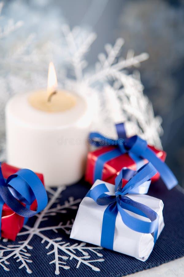 Fondo de la Navidad con la materia de la decoración fotos de archivo