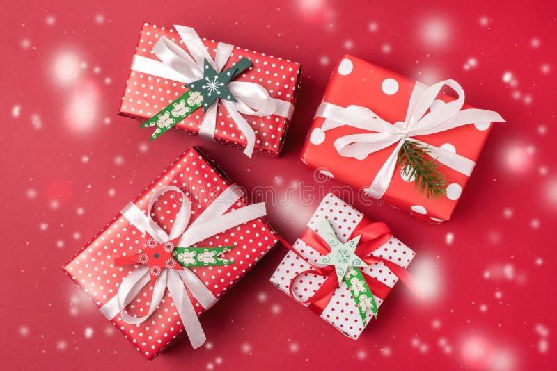 Fondo de la Navidad con la preparación puesta plana roja de la opinión superior del fondo de las cajas de regalo para la nieve fe fotos de archivo libres de regalías