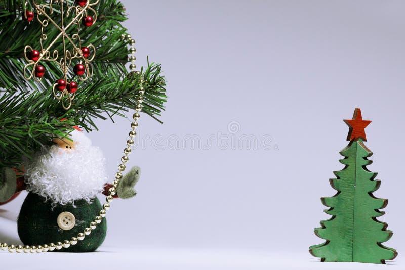 Fondo de la Navidad con un copo de nieve forjado rojo, Santa Claus y un tema ligero Con las decoraciones y la malla imagen de archivo libre de regalías