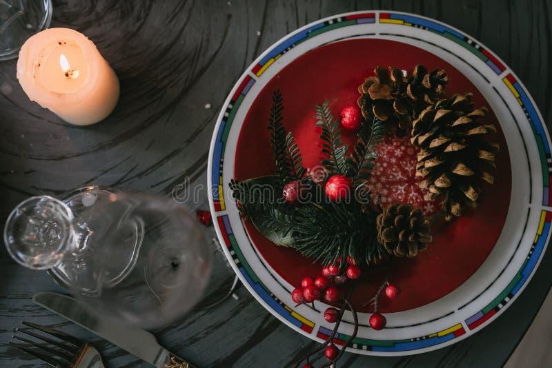 Fondo de la Navidad con la vela y los conos foto de archivo libre de regalías