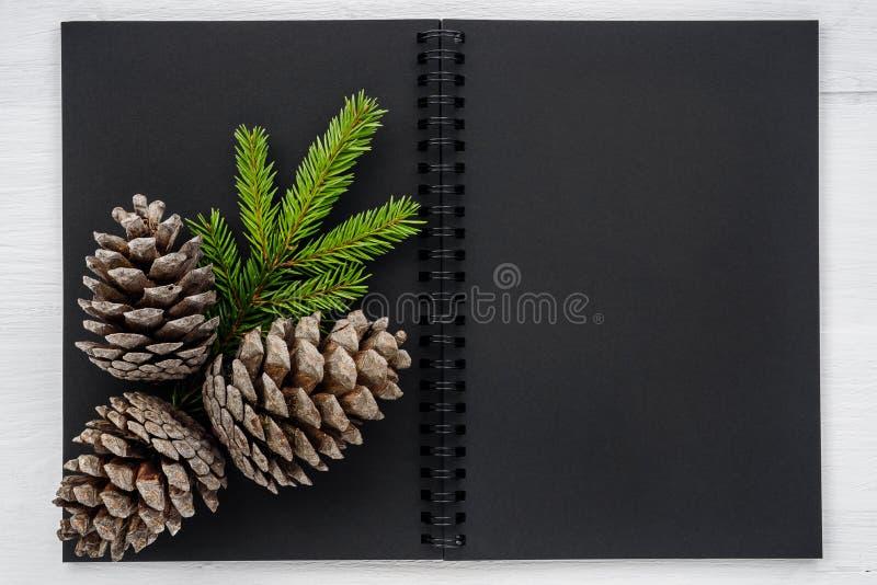 Fondo de la Navidad - cuaderno y decoraciones de la Navidad imagen de archivo libre de regalías