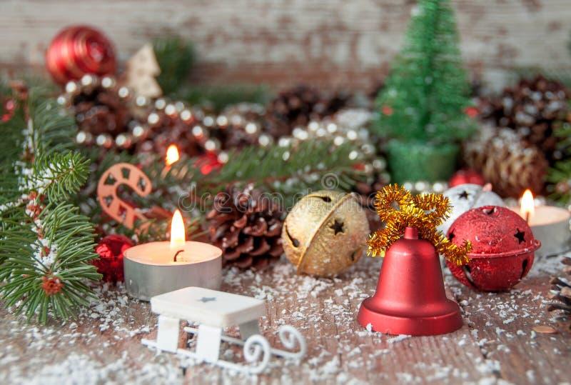 Fondo de la Navidad en una tabla de madera y con symbo del ` s del Año Nuevo imagen de archivo
