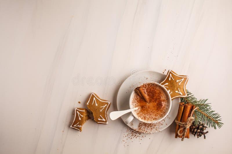Fondo de la Navidad: galletas del cacao y del jengibre imagenes de archivo