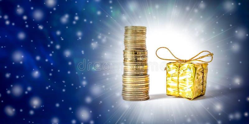 Fondo de la Navidad hermosa y del Año Nuevo con las monedas y caja de regalo en el empaquetado del oro fotografía de archivo libre de regalías
