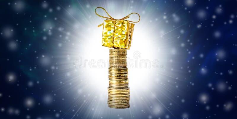 Fondo de la Navidad hermosa y del Año Nuevo con las monedas y caja de regalo en nieve de empaquetado, que cae del oro y espacio l fotos de archivo libres de regalías