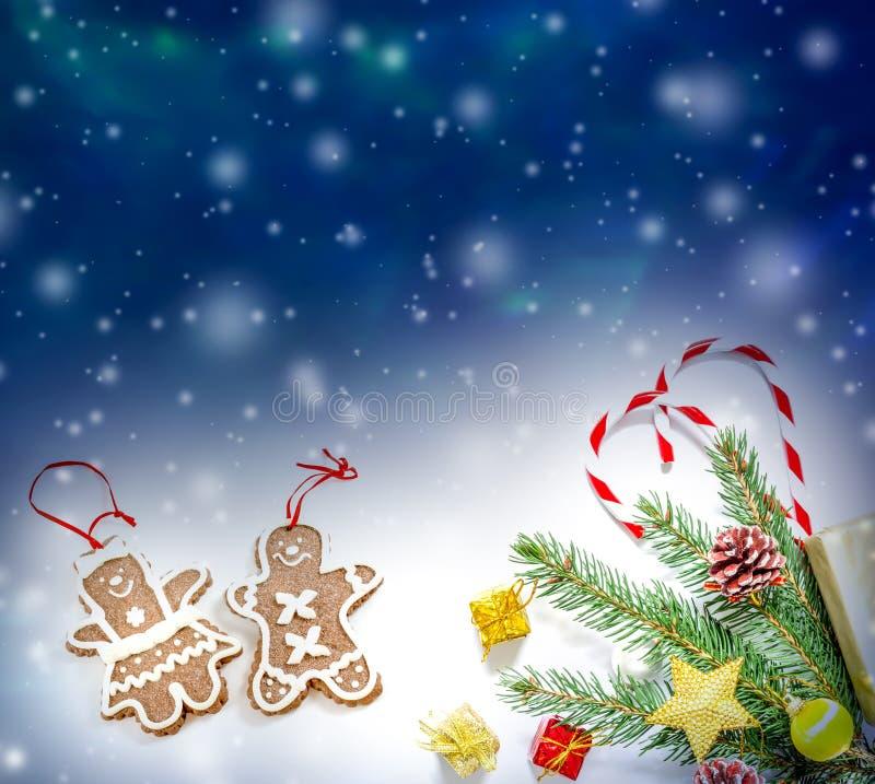 Fondo de la Navidad hermosa y del Año Nuevo con las ramas, los juguetes y los dulces de árbol de navidad stock de ilustración