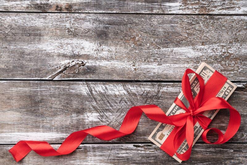 Fondo de la Navidad de la madera vieja, dinero embellecido con la holgura roja Visión superior fotos de archivo