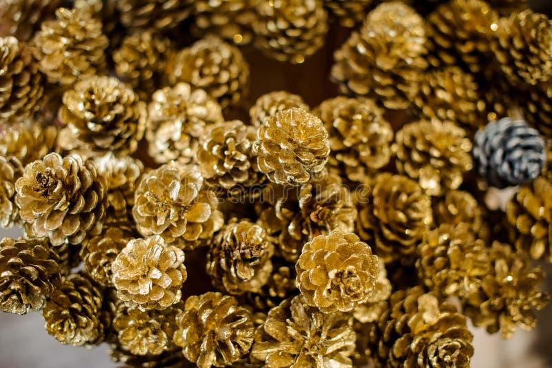 Fondo de la Navidad de muchos pequeños conos de oro fotos de archivo