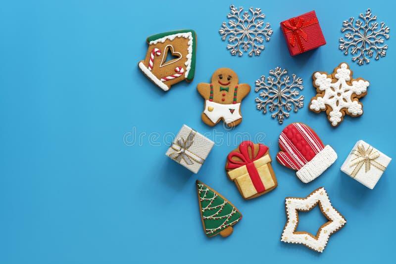 Fondo de la Navidad, pan de jengibre y cajas de regalo en un fondo azul Visión desde arriba, endecha plana, espacio de la copia imagen de archivo libre de regalías