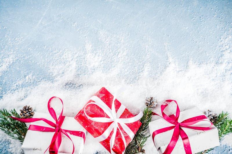 Fondo de la Navidad para la tarjeta de felicitación, con las ramas de árbol de navidad, la decoración y las cajas de regalos con  foto de archivo