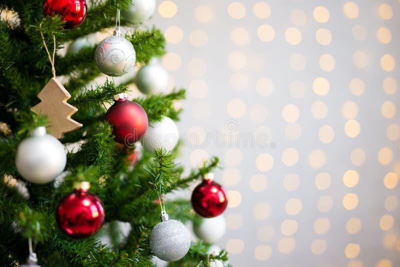Fondo de la Navidad y del Año Nuevo - ove adornado del árbol de navidad foto de archivo libre de regalías