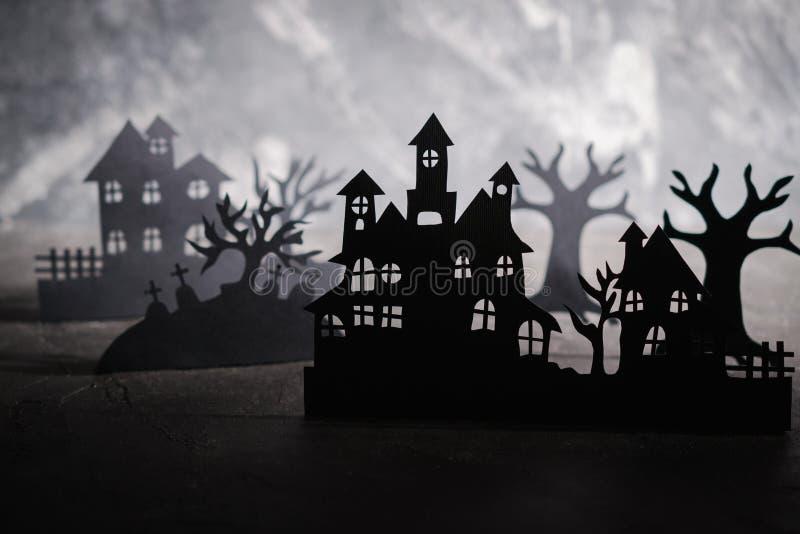 Fondo de la noche de Víspera de Todos los Santos Arte de papel Pueblo abandonado en un bosque brumoso oscuro fotos de archivo libres de regalías