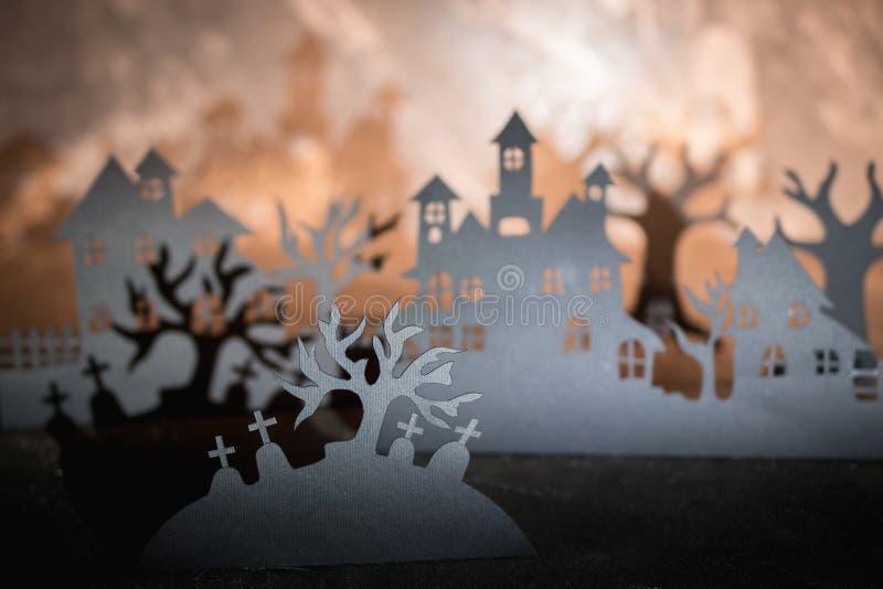 Fondo de la noche de Víspera de Todos los Santos Arte de papel Pueblo abandonado en un bosque brumoso oscuro fotografía de archivo