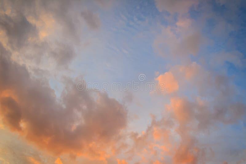 Fondo de la nube roja y del cielo azul El cielo dramático de la puesta del sol comenzó a cambiar de azul a la naranja fotografía de archivo libre de regalías